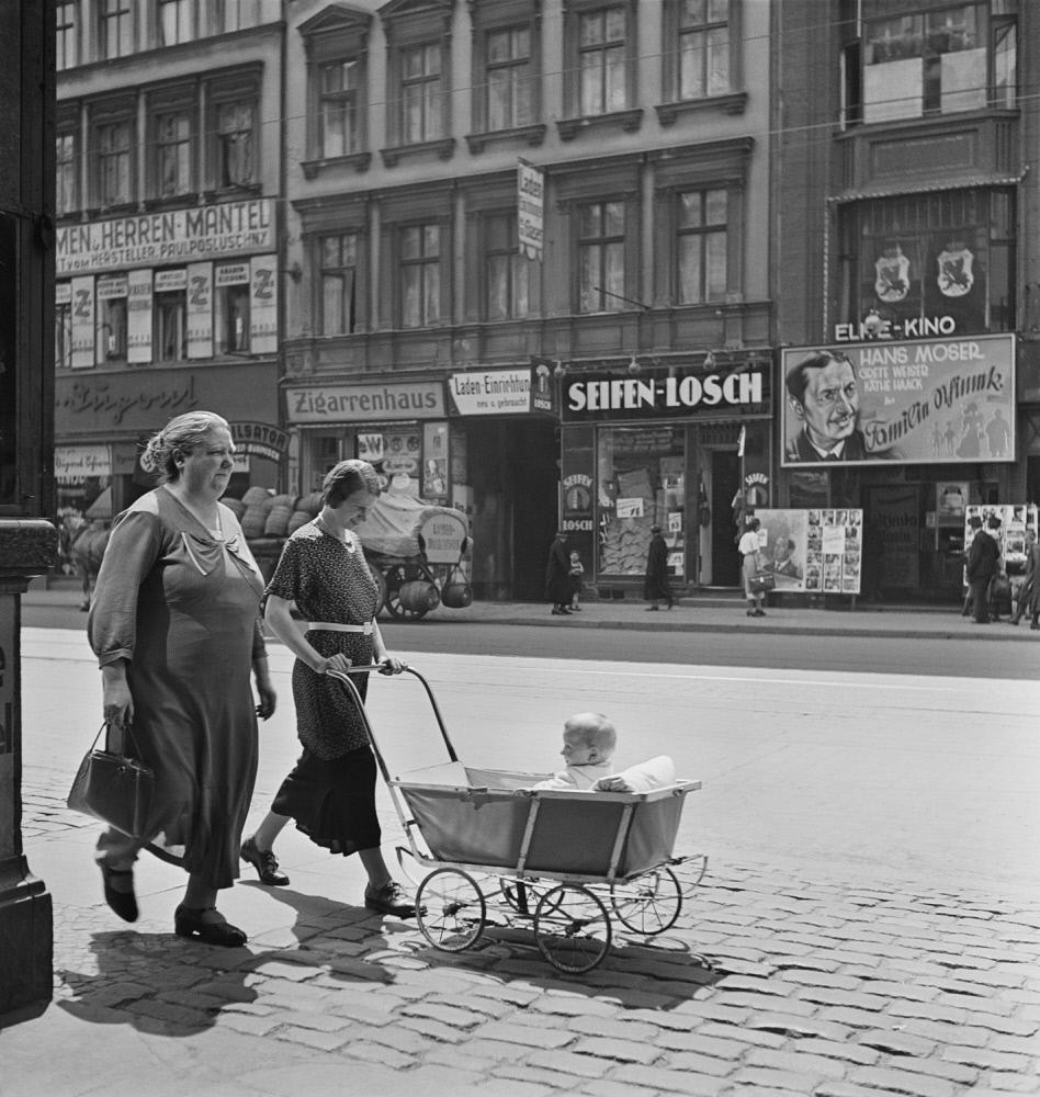 1935. Женщины с коляской, Берлин
