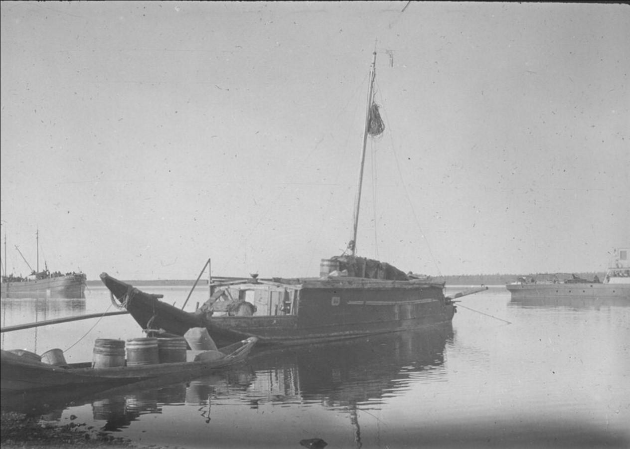 29 сентября 1914. Малый причал. На переднем плане шхуна, груженая продовольствием. На заднем плане – пароходы, стоящие на якорях