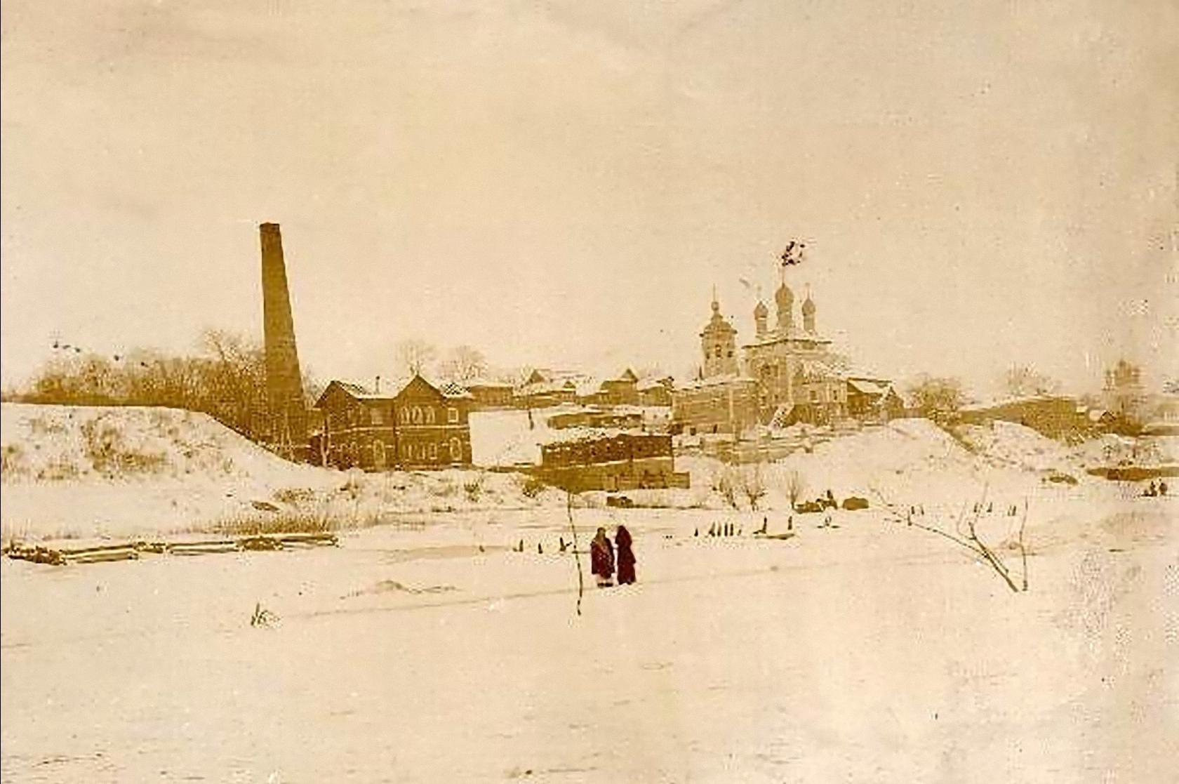 Вид с реки на Николо-Набережную церковь и водокачку. Середина 1890-х