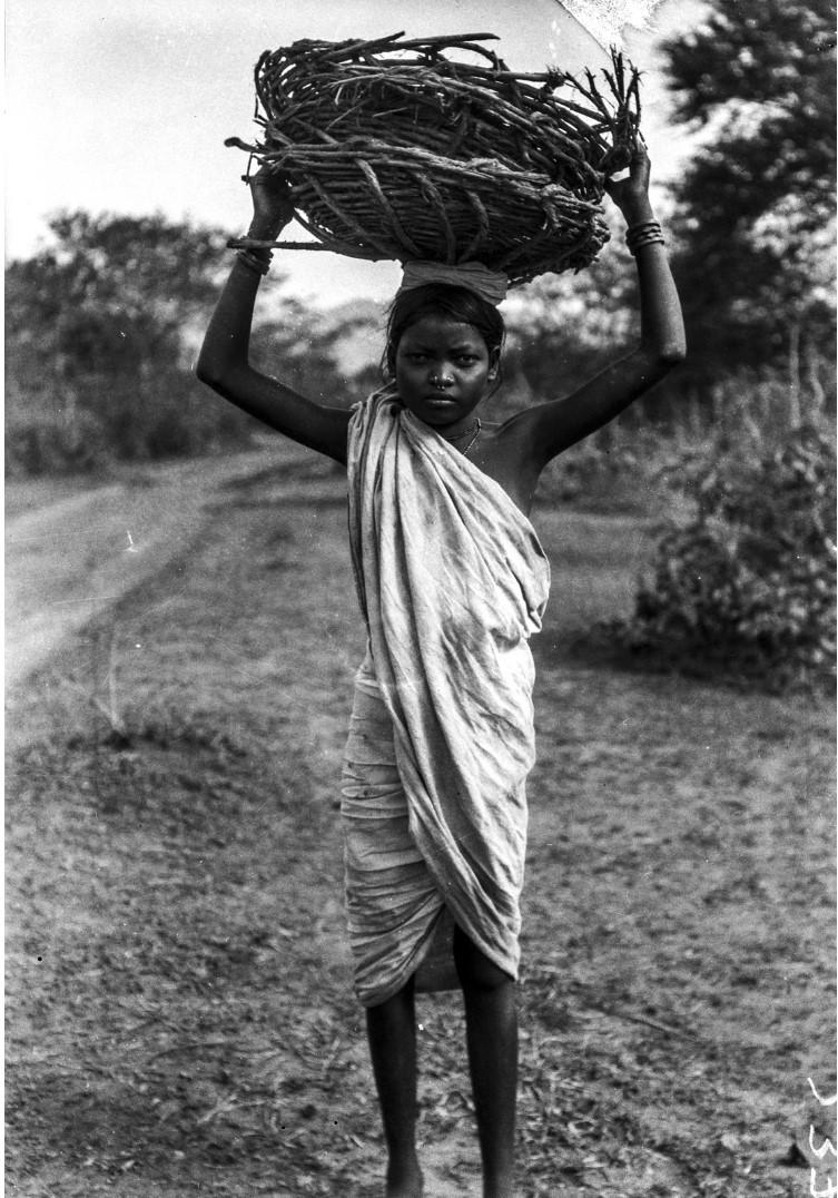 785. Орисса. Портрет девушки с корзиной на голове