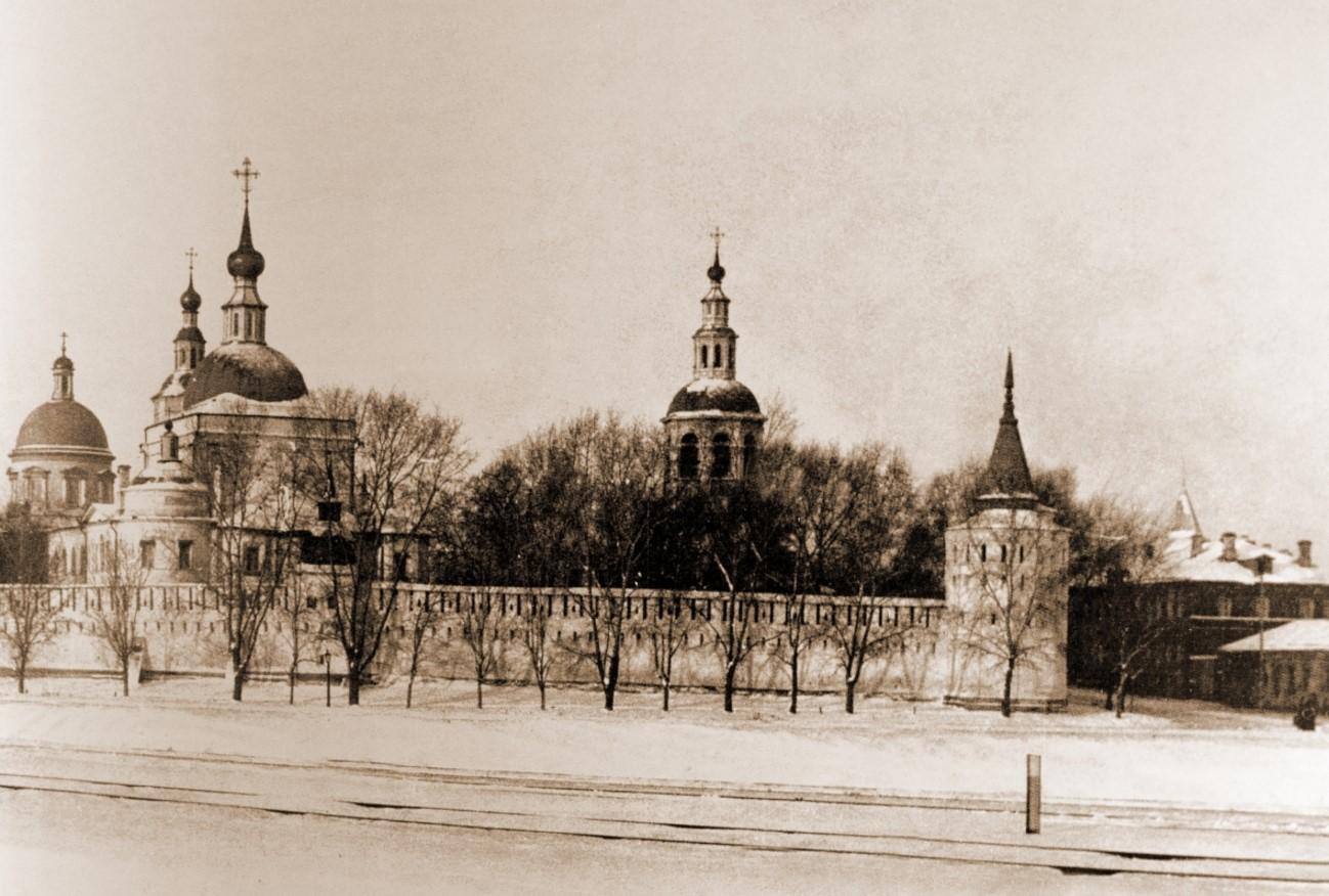 Данилов монастырь. Начало XX века. На фото справа - странноприимный дом, далее - богадельня