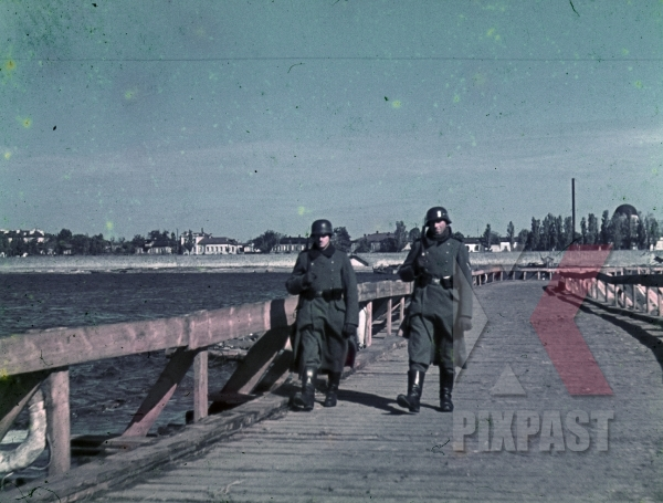 stock-photo-makeshift-bridge-over-the-river-dnepr-in-krementschuk-ukraine-1943-7923.jpg