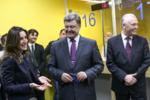Порошенко получает первый биометрический паспорт.png