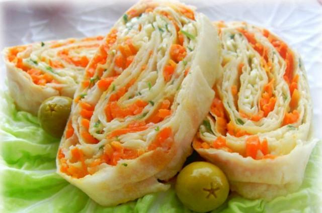 1. Упаковка крабовых палочек, пара зубчиков чеснока, вареное яйцо, тертый сыр, зелень, майонез.