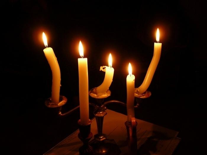 Богатые люди используют их для украшения или романтики. Бедняки же используют свечи для освещени