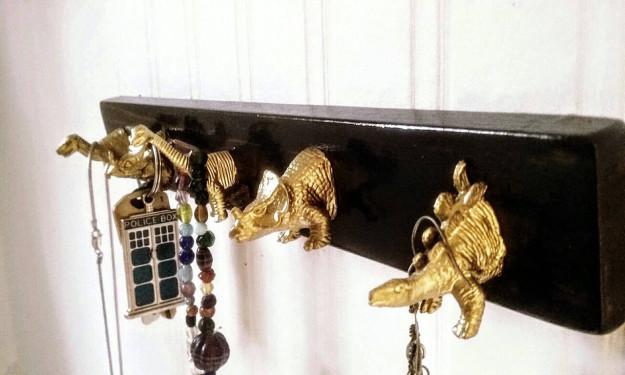 Держатели для ключей в виде динозавров.