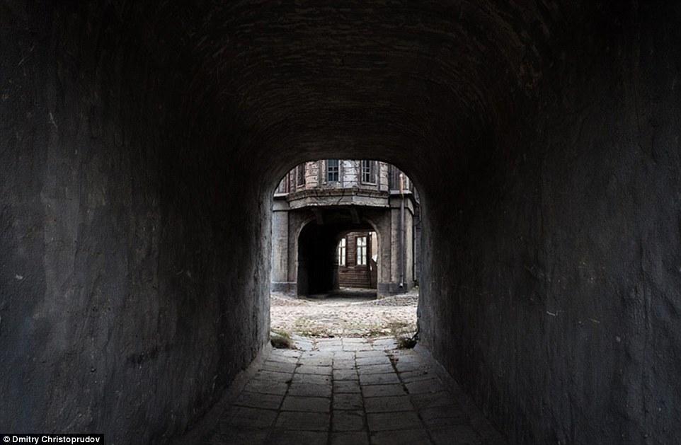 Руины на мощёных улицах и здания, почерневшие от взрывов снарядов.