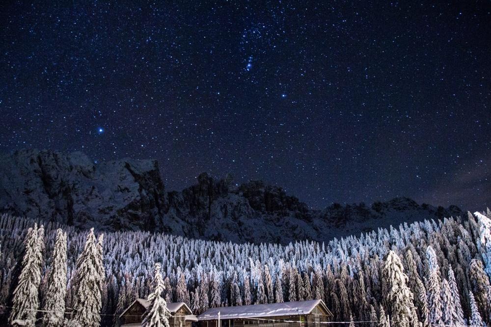 © Alessandro Viaro/ Unsplash  Тысячи далеких солнц игалактик вясном зимнем небе.