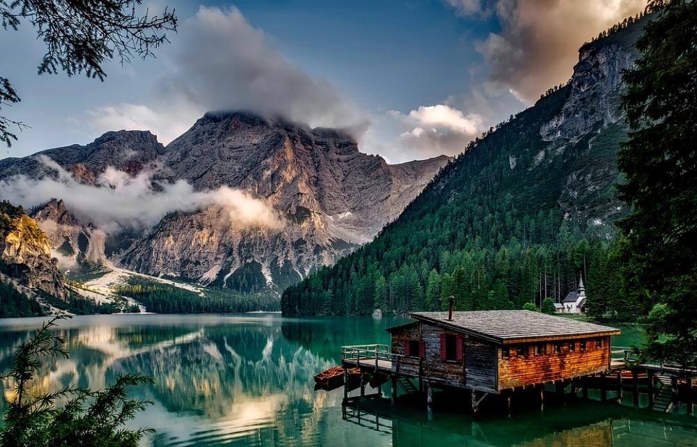 © Pixabay  Изумрудное зеро Брайес вДоломитовых Альпах Италии, которое сохраняет прохладу даже