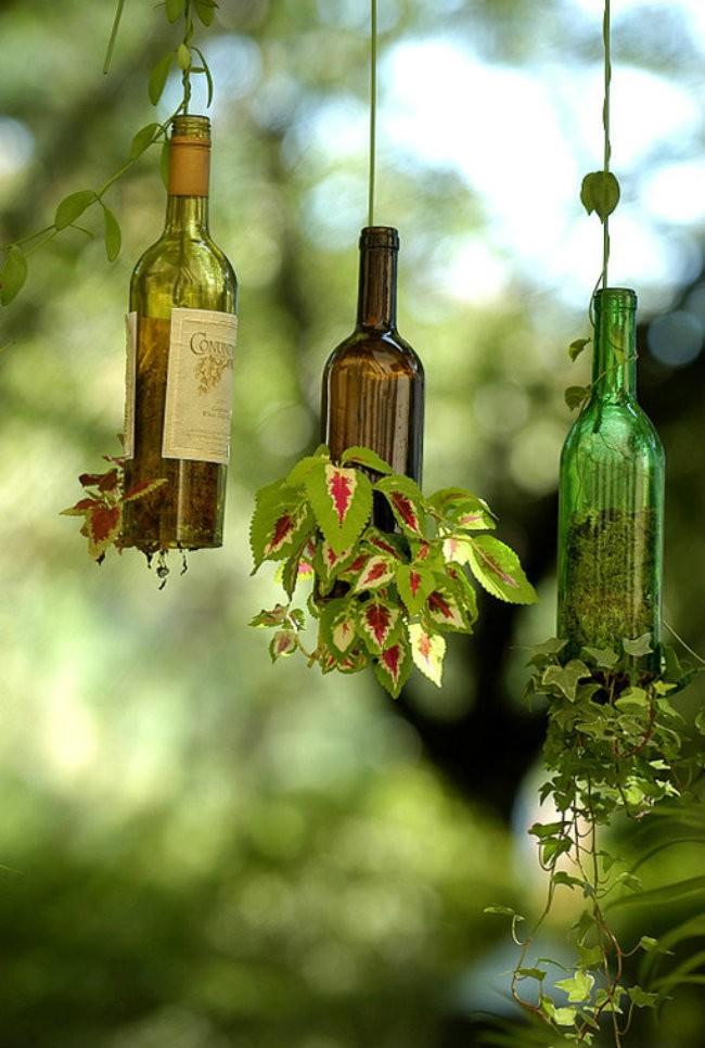 5. Подвесная клумба. Ощущение, будто это бутылки выросли из растений, а не наоборот.