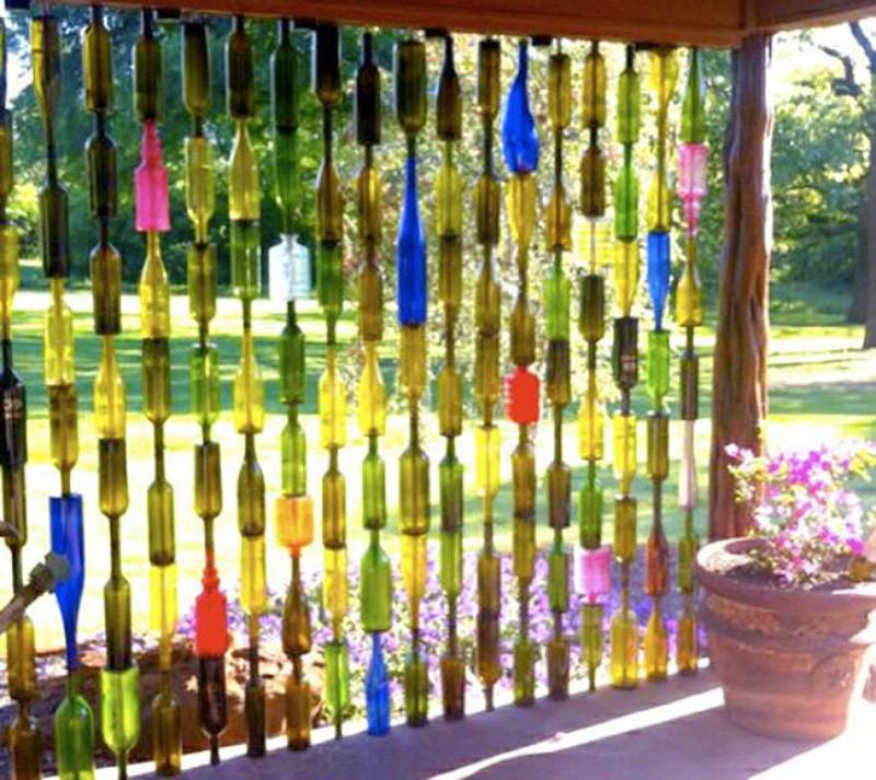 7. Декоративная стена в саду. Внесите немного цвета и колорита в свой сад, в то же время сохраняя ли