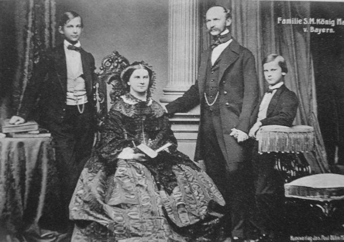 Людвиг II (слева) с родителями и младшим братом Отто, фото 1860 года.