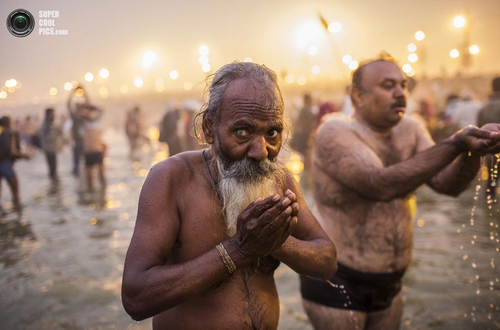 Индус молится, поглядывая на фотографа.(Daniel Berehulak/Getty Images)