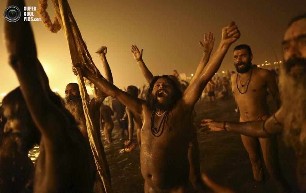 Обнаженные мужчинырадостно, как дети, плещутся в воде.(AP Photo/Kevin Frayer)