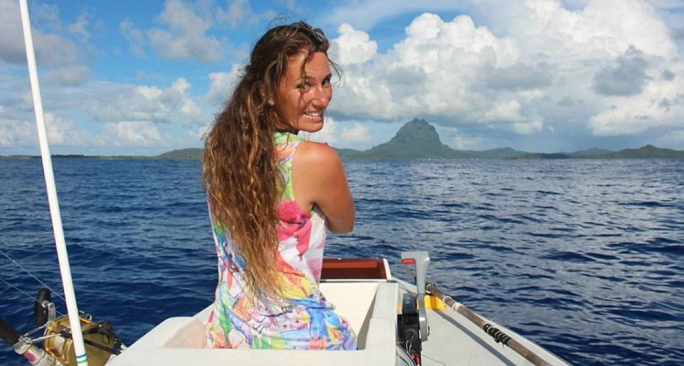 Анна на лодке, направляющейся с полинезийского острова Маупити на Бора-Бора. В 2013 году Анна уволил