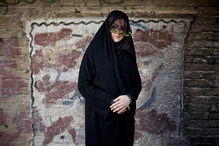 1. Женщина во время церемонии Чехел Манбар, которая проходит перед Ашурой в Хорремабаде. По традиции