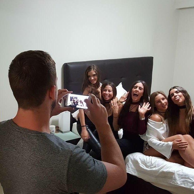 По ту сторону идеального фото: несчастные бойфренды инстаграм-зависимых девушек