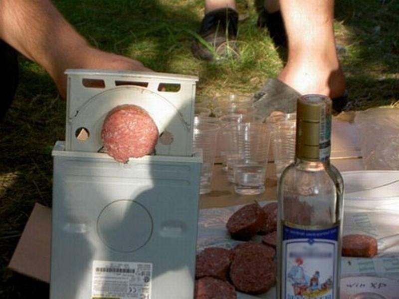 7. Отличная находка для пикника — бывший CD-привод в качестве средства для нарезки колбасы. У нас не