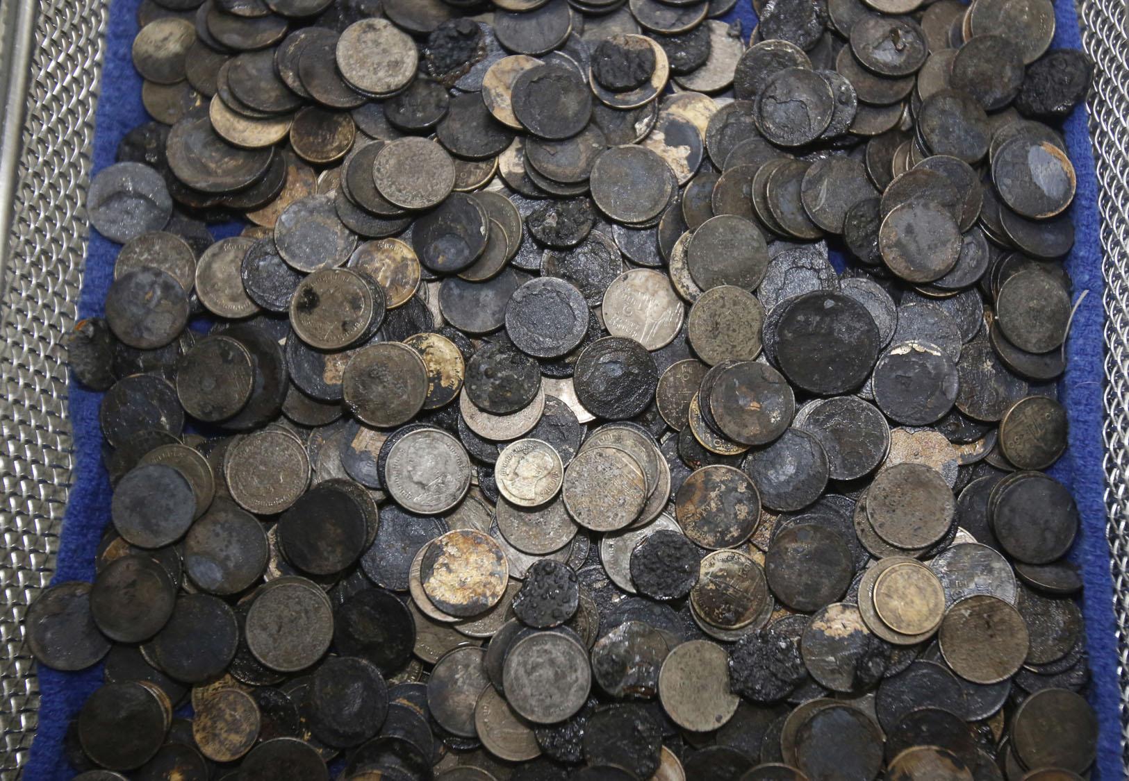 В Таиланде существует традиция, по которой для долголетия нужно бросить монету в резервуар с морским