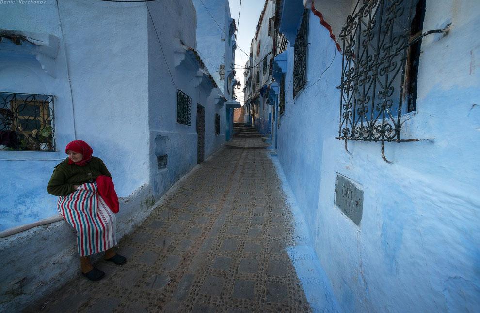 Синий цвет получался из природного красителя тхелет. Талмуд описывает цвет «тхелет» так: «Это ц