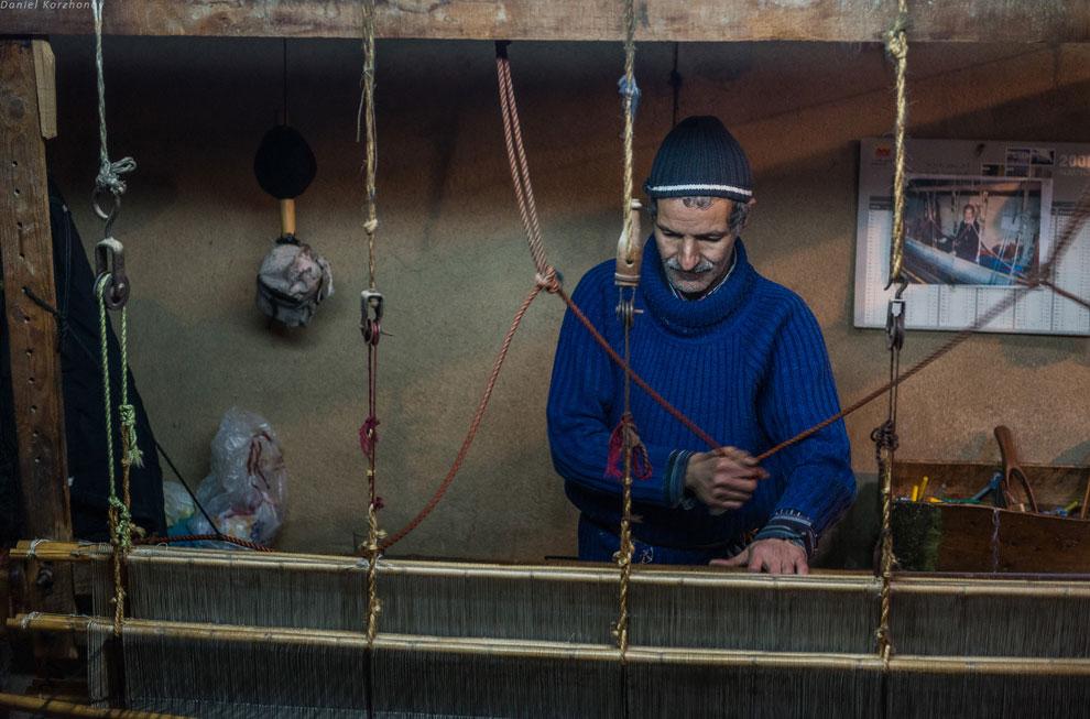 Растопщик хамама — одна из самых жёстких профессий. Старичок сидит и целыми днями подкидывает о