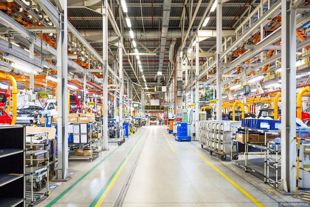 3. Производство автомобилей на заводе в Санкт-Петербурге начинается с цеха сварки. На площади в