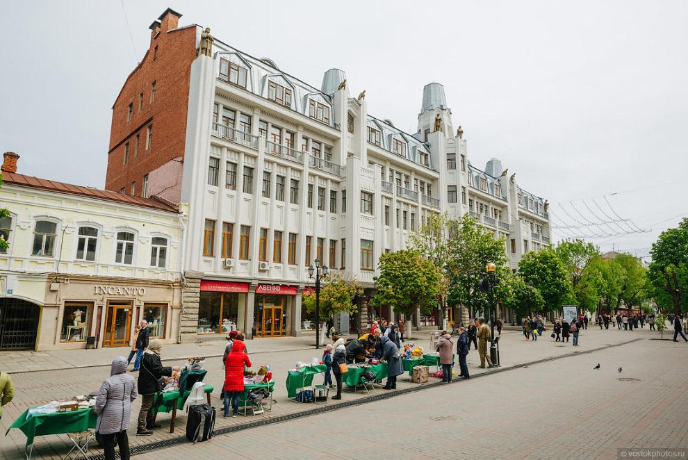 43. Посмотрите, какая красота! Пешеходная улица, архитектура, деревья. По такой улице хочется г