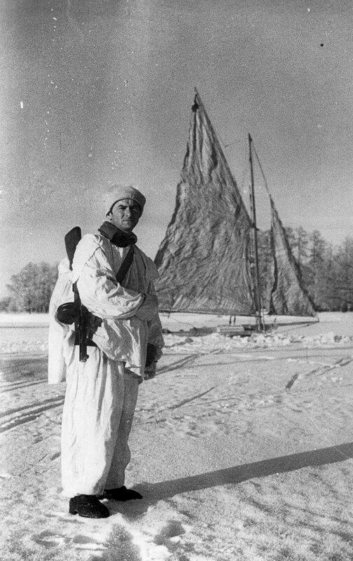 Лейтенант С.С. Гаскевич во время дозорной службы на буере на льду Финского залива. 1941 год.