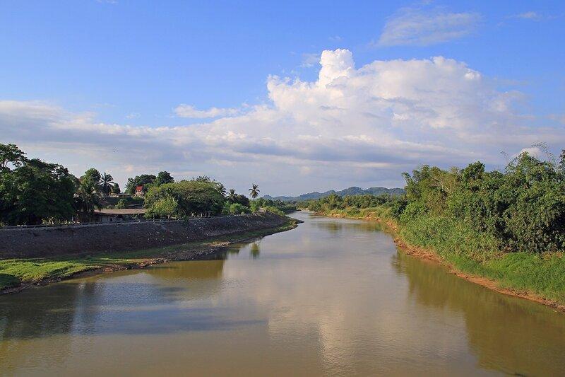 Вид на реку и небо с моста в Такуа Па