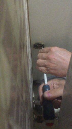 А вот держатель стакана для ёршика установим на тумбе умывальной