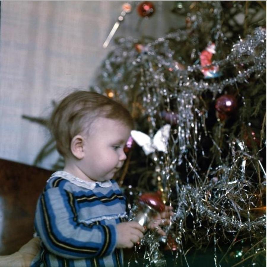 1960-е. Девочка около новогодней елки