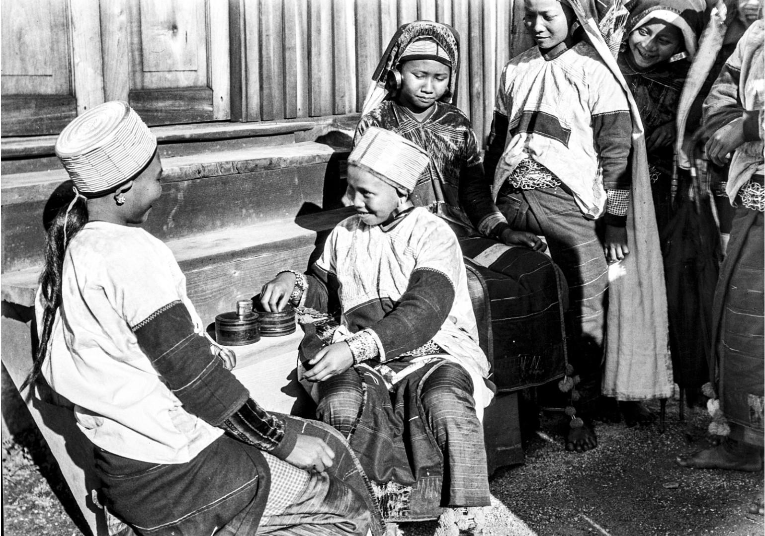 998. Группа женщин едят бетель