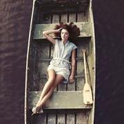девушка в лодке
