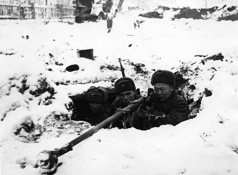 Soviet_soldiers_with_PTRD-41_defending_Moscow.jpg