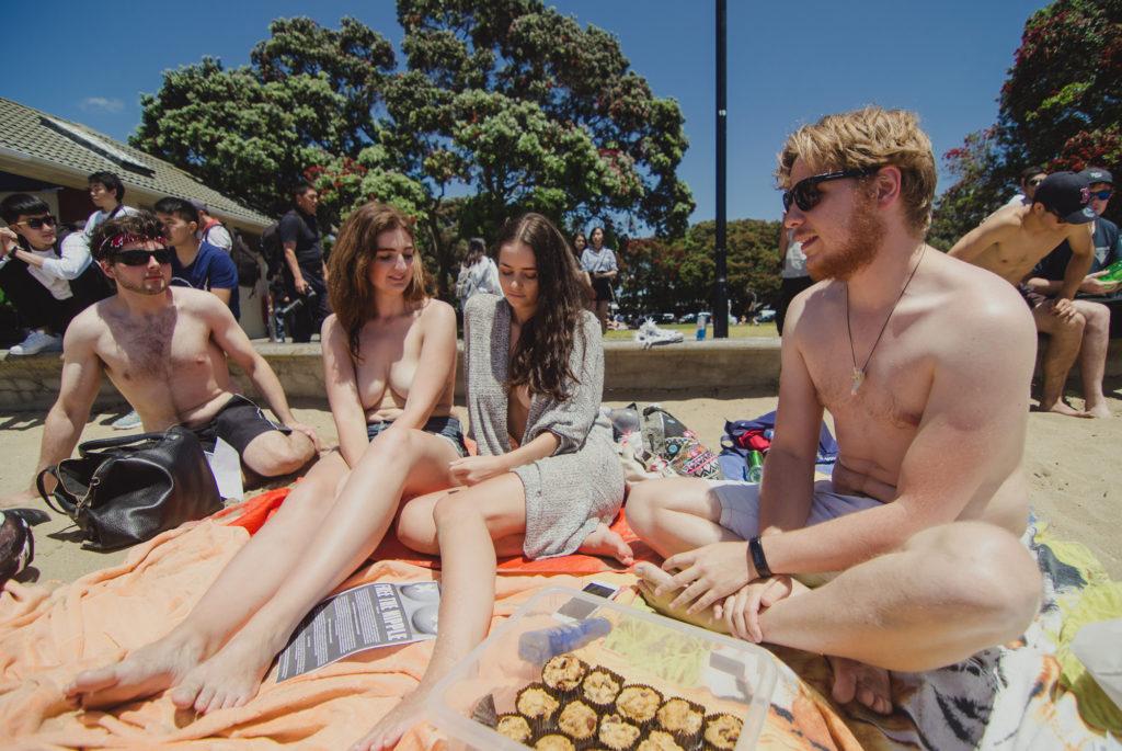 Девушки требуют разрешения находится топлес в общественных местах