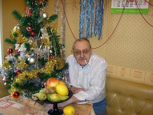 P1010276 Володя  у елки. Новый год.jpg