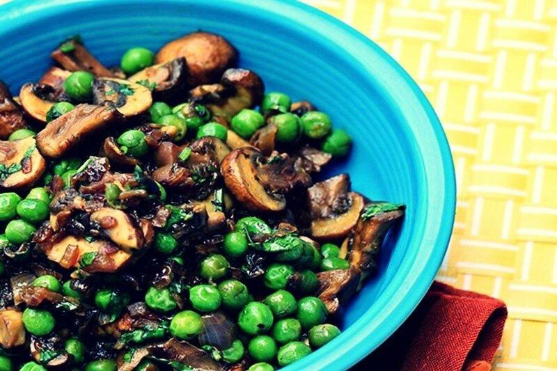 Тушеные грибы с зеленым горошком и чесноком