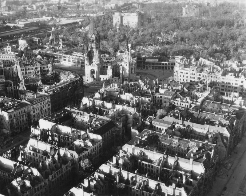 6. Вид на Мемориальную церковь кайзера Вильгельма среди обломков.