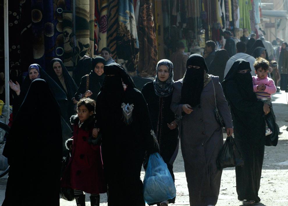 13. Женщины на рынке в Фаллудже. Жители Ирака говорят, что американцы оставили после себя изрешеченн