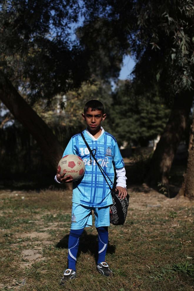 33. 12-летний Харар Хайдер на футбольном поле рядом с рекой Тигр в Багдаде. На вопрос