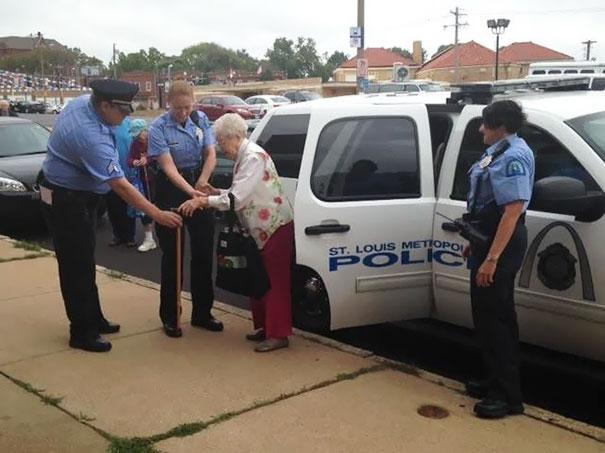 Офицеры согласились подыграть долгожительнице. Они заковали ее руки в наручники и усадили в полицейс