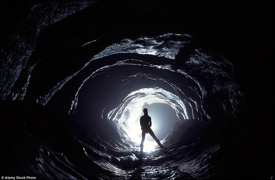Пик-Каверн – глубочайшая пещера Англии, образованная подземными реками.