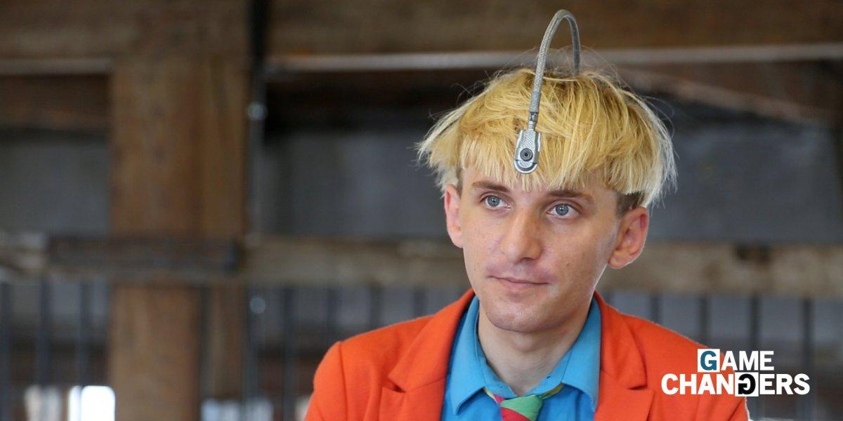 Дальтоник с антенной в голове, которая улавливает цвет Художник и киберактивист Нил Харбиссон не мож