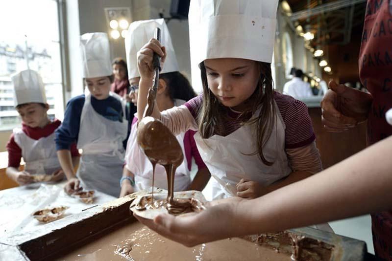 8. Ученые доказали, что чашка горячего шоколада успокаивает больное горло и подавляет кашлевой рефле