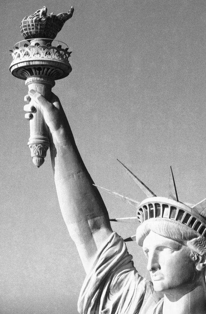 44. Крупный план статуи Свободы, 1 ноября 1983 года. (AP Photo / Dave Pickoff)