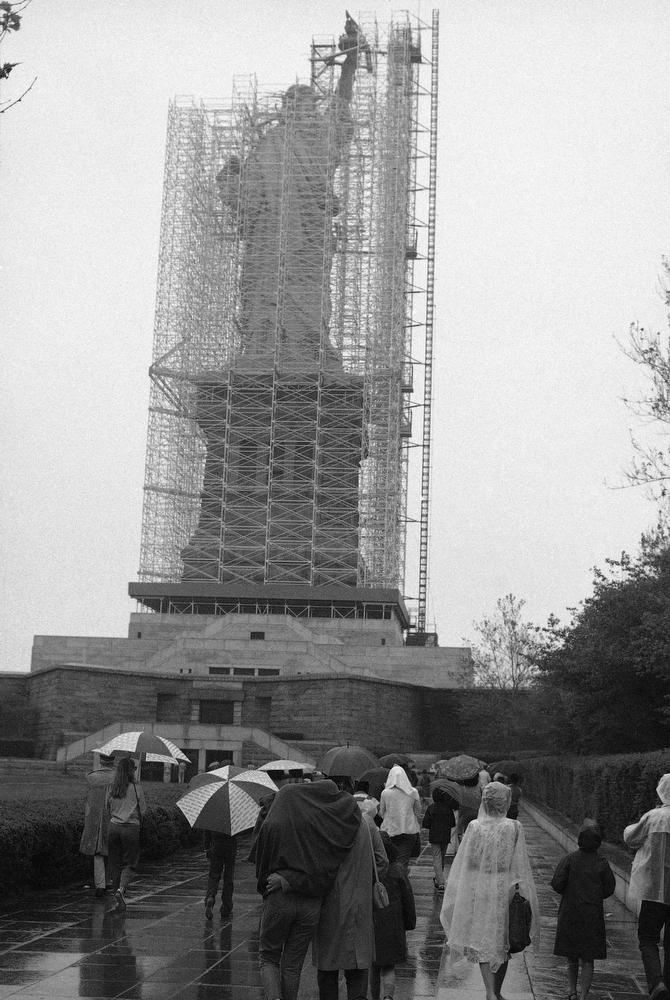 47. Посетители Либерти-Айленда у закрытой лесами Статуи Свободы, 28 мая 1984 года. (AP Photo / Mario