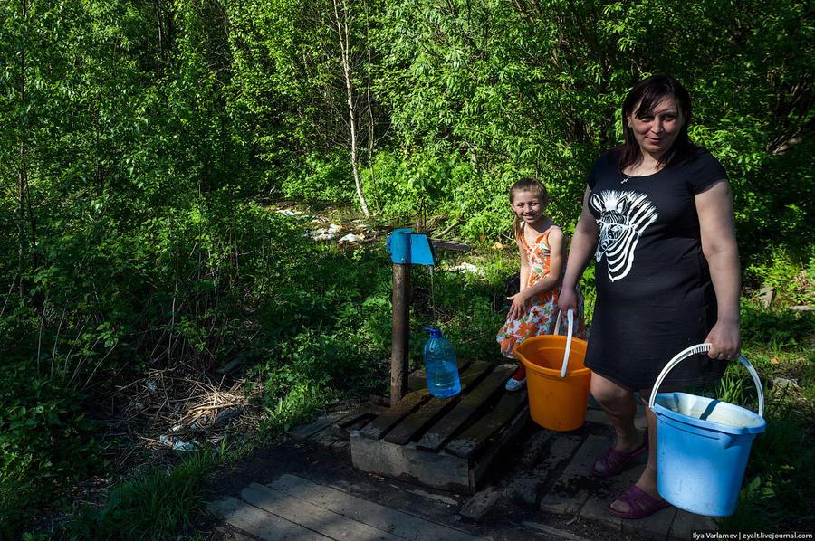 63. Еду дальше, район Маймакса. Женщина с дочкой набирает воду… Что-то не так… Сразу за