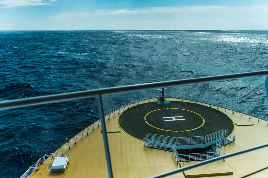 29. Нос корабля занят вертолетной площадкой, пассажиров туда не пускают. Разыграть сцену из «Ти