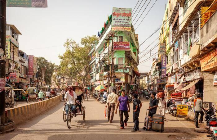 Так выглядят улицы вдоль набережной Ганга. Здесь даже велорикши не ездят, чемодан до гостиницы прихо