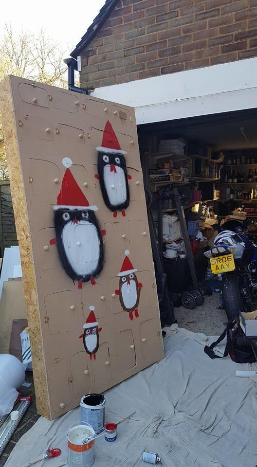 Гигантский рождественский календарь с настоящими подарками внутри